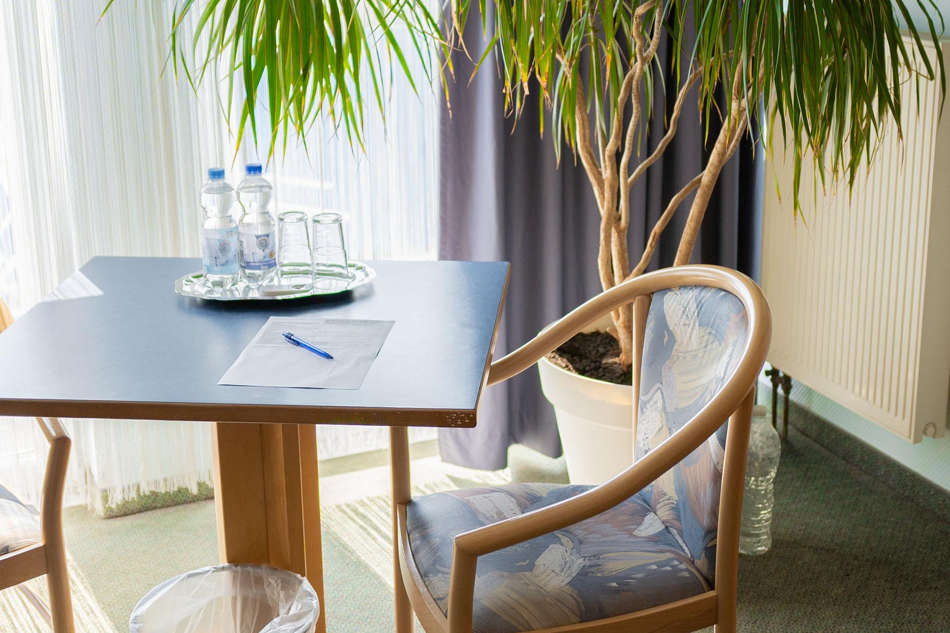 Hotel_Aggertal_Zimmer_Deluxezimmer_Tisch